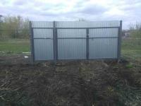 Специалистами компании ZVS63 был установлен забор из сетки рабицы 126,6 метра + ворота 3 метра + 1 метровая калитки.