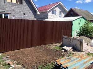 Забор из окрашенного профнастила