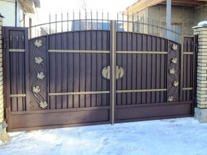 Забор из профнастила с коваными элементами
